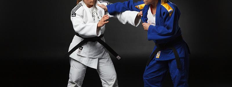 柔道で戦っている女性